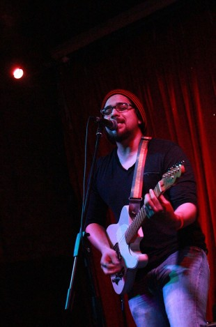 Omar Gerardo sings
