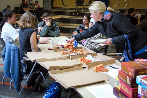 SLCC students eat pizza